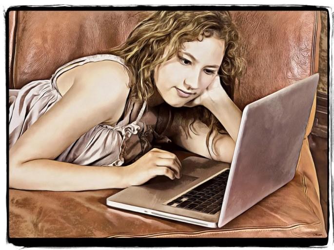 Denna bild har ett alt-attribut som är tomt. Dess filnamn är kozzi-a_beautiful_woman_on_sofa_with_a_laptop-6608x4951dhilllvarisjwaronfcamlrt-2.jpg