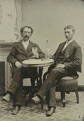 Denna bild har ett alt-attribut som är tomt. Dess filnamn är portrait-of-two-men-sitting-at-the-table-in-a-studio-artokoloro.jpg